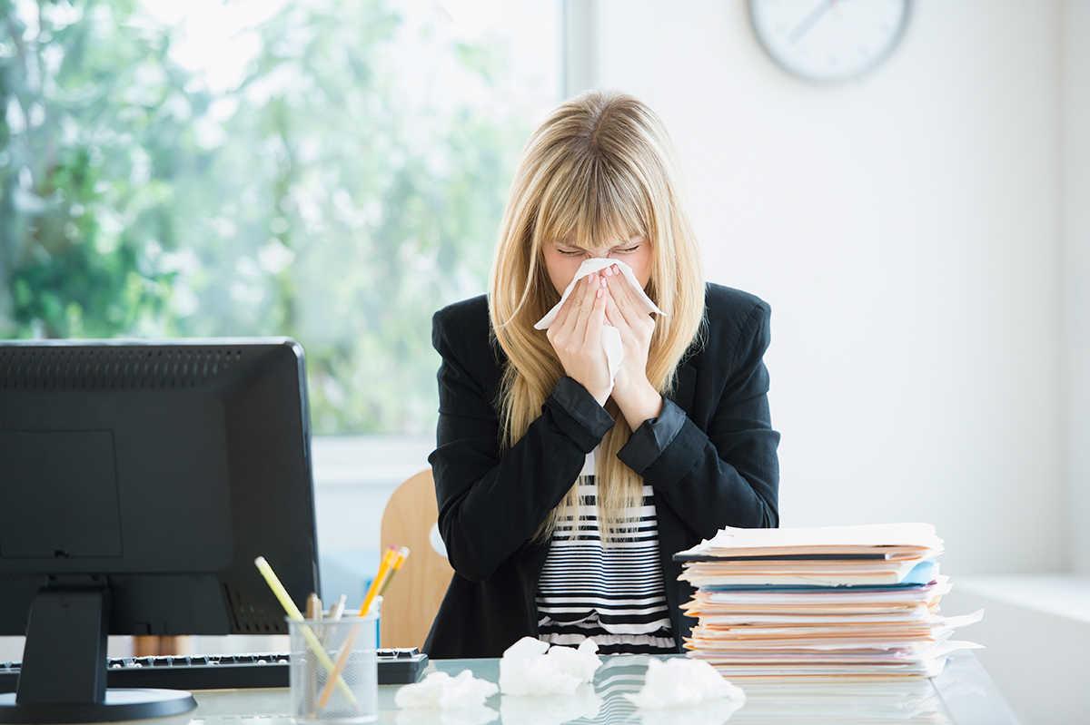 mulher no trabalho gripada